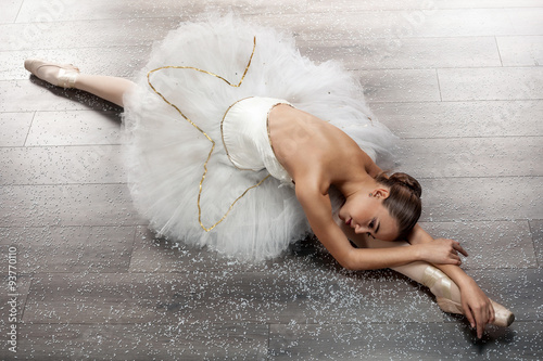 obraz dibond beautiful young ballerina in ballet pose