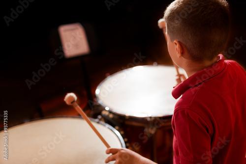 Zdjęcie XXL Dziecko odtwarza muzykę