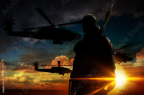Zdjęcie XXL Sylwetka żołnierza o zachodzie słońca