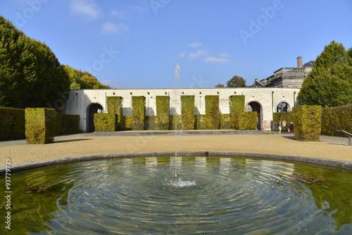 Staande foto Fontaine La fontaine de la pièce d'eau circulaire au jardin à l'anglaise du château de Seneffe en Hainaut