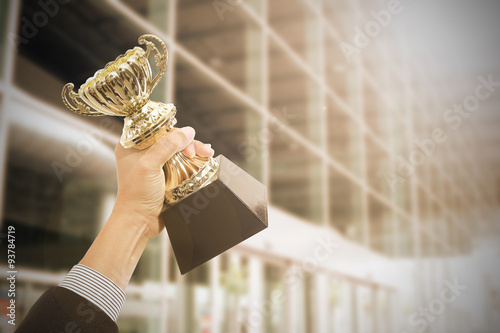 Fotografía  Premios que sostienen el trofeo después de éxito