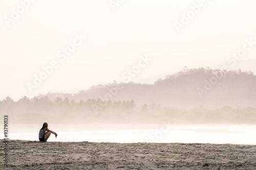 Mujer sentada en la playa Wallpaper Mural