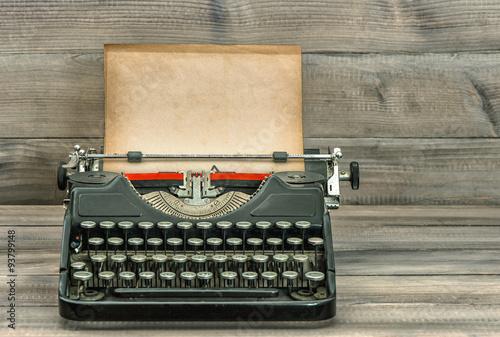 In de dag Retro Antique typewriter with grungy paper. Retro style