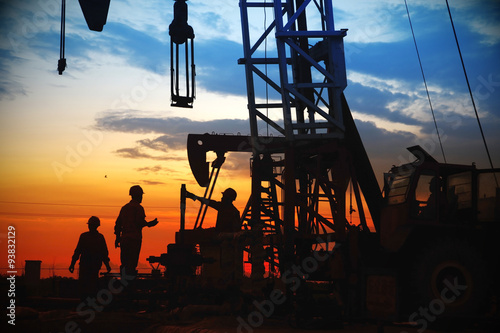 Fotomural oil field, the oil workers are working