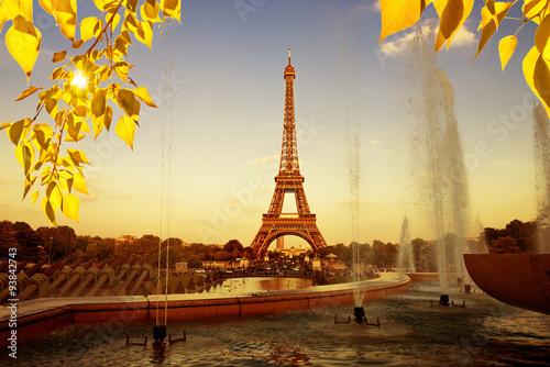 Poster de jardin Tour Eiffel Eiffel Tower (La Tour Eiffel) with fountains. Beautiful sunset landscape in Paris.