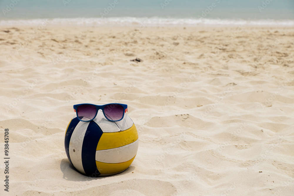 Fotografía Una pelota de voleibol en la playa del verano con una ...