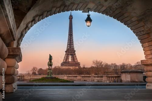 Photo Stands Paris Eiffelturm in Paris am Abend unter Brücke