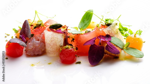 Photo  Haute cuisine appetizer with tuna tartare, watermelon and spices