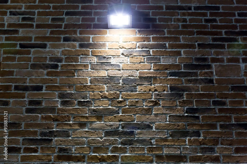 Cadres-photo bureau Lumiere, Ombre spotlight on red brick wall at night