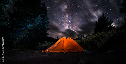 Tuinposter Kamperen Tent under The Milky Way