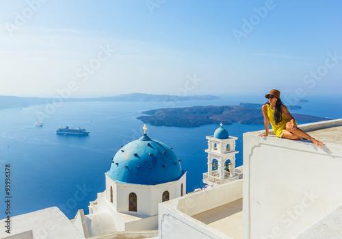 zenski-turysta-w-kolor-zolty-sukni-bedacy-ubranym-kapelusz-cieszy-sie-widok