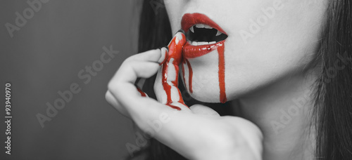 Fotomural Vampire wipes the blood from her lips