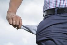 Hombre Con Su Bolsillo Sin Dinero - Concepto Pobreza