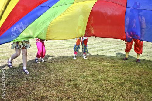 Dzieci bawią się na dworze z klaunem
