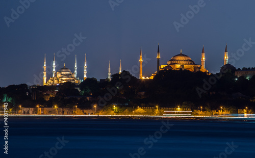 Cadres-photo bureau Turquie View over illuminated blue mosque and hagia sophia from opposite side of istanbul.