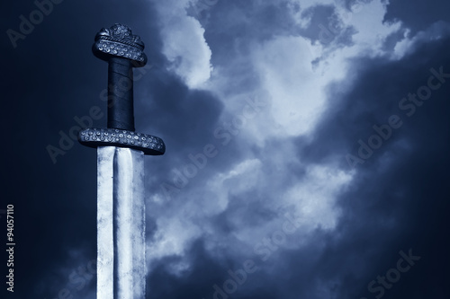Fotografie, Obraz Středověký Viking meč proti dramatickou oblohou