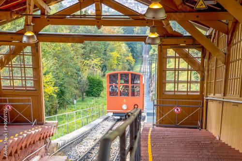Bahn verlässt Bergstation Richtung Heidelberg