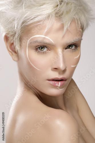 piekny-model-blond-ubrany-w-elegancki-makijaz-artystyczny