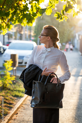 Photo Business lady after a lunch on the street