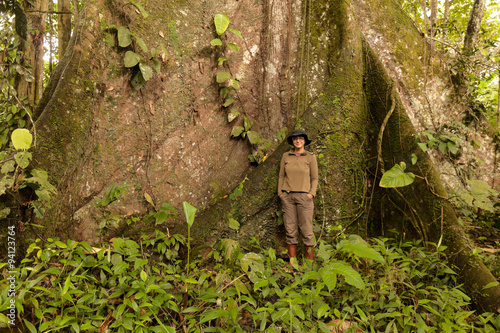 Fotografía  Biologist Woman Nest To A Kapok Tree