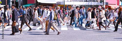 横断歩道を歩く群衆 Fototapet