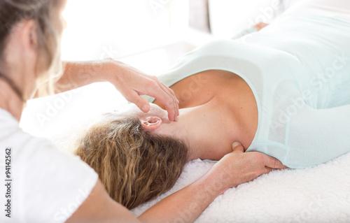 Photo Shiatsu. Behandlung vom Dickdarmmeridian an einer Frau.