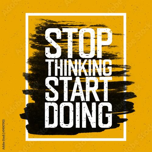 """Motywacyjny plakat z napisem """"Przestań myśleć Zacznij robić""""."""