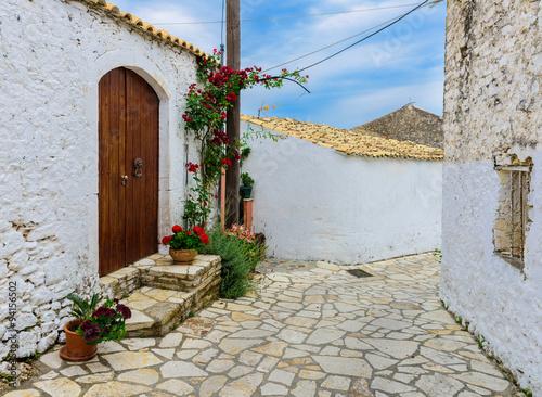 Malownicza ulica w Afionas Ogrodowej wiosce, Corfu, Grecja.