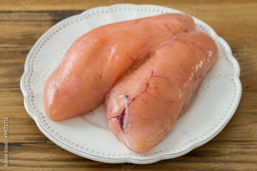 Cadres-photo bureau Roe eggs of fish on white plate on brown background