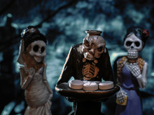 Страшный скелет зомби держит поднос с таблетками. Мистика страх и ужас, темный лес. О вреде лекарственных средств. Наркотики, наркотическая зависимость, смерть