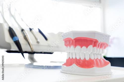 Valokuva  Clean teeth denture, dental jaw model in dentist's office.