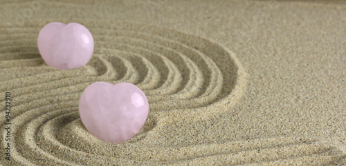 Deurstickers Stenen in het Zand Rose Quartz heart in zen garden