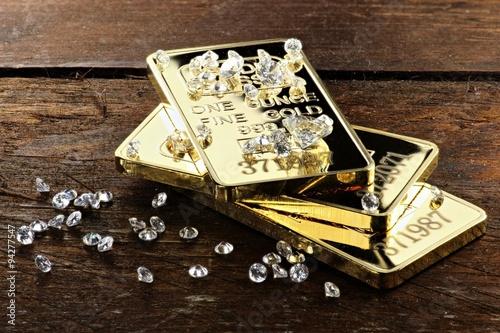 Foto op Plexiglas Antwerpen Goldbarren und geschliffene Diamanten auf rustikalem Holzhintergrund
