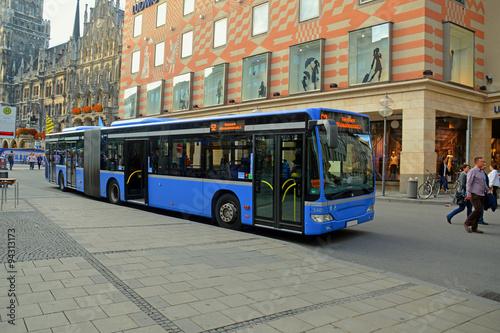 Fototapeta Рейсовый автобус на улице Мюнхена, Германия