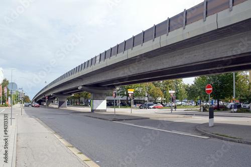 Fototapeta Автомобильная эстакада на улица Frankfurter Ring, Мюнхен, Германия  obraz na płótnie