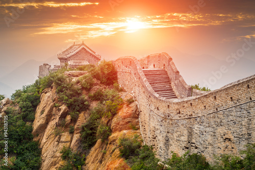 Montage in der Fensternische Chinesische Mauer Great wall under sunshine during sunset,in Beijing, China
