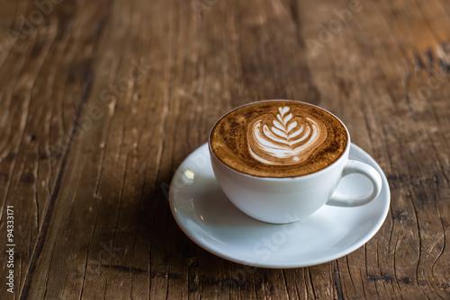 sztuka-latte-na-drewniane-tla