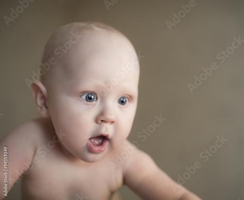 Fotografie, Obraz  Очень удивленный малыш с открытым ртом