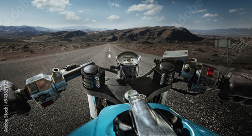 Photo  Man driving on moto on big speed on mountain road