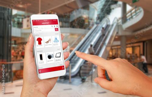 Fotografía  Tiendas de telefonía por línea inteligente en mano de la mujer