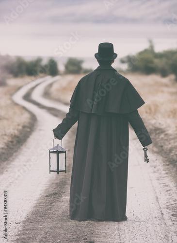 stylizowany-portret-mezczyzny-w-garrick-plaszcz-spaceru-na-wiejskiej-drodze