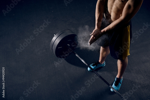 Fotografia  Young athlete getting ready for weight lifting training