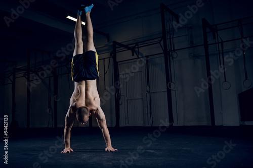 Carta da parati  Bodyweight training, man standing on hands
