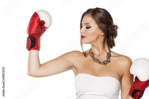 Photo  young woman with makeup and boxing gloves showing her hands