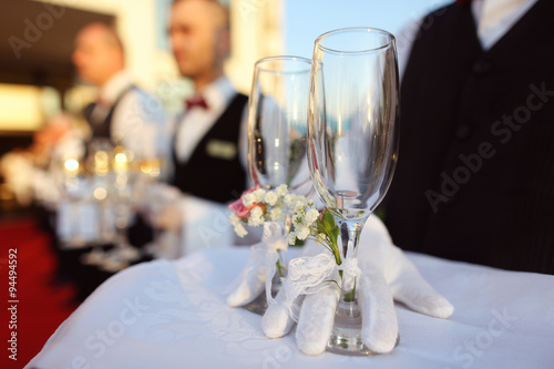 Fotografía  Bridal couple toasting glasses of champagne