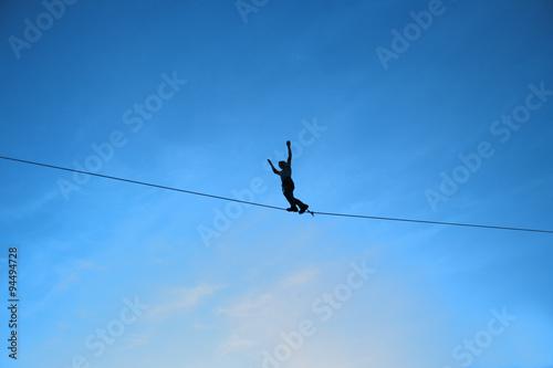Fotomural Men balancing on slackline