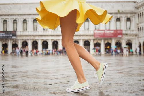 Photographie Jeune femme portant des espadrilles gaies et jupe jaune