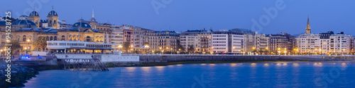Photo  panoramic view of Donostia - San Sebastian at night