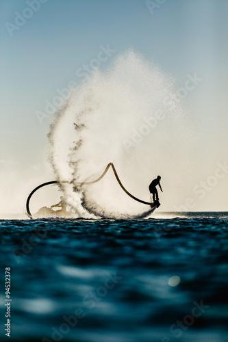 Montage in der Fensternische Motorisierter Wassersport Silhouette of a fly board rider