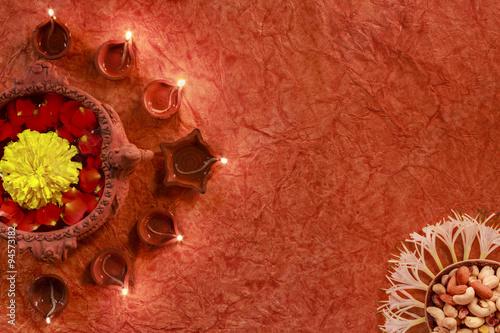 Plakat Święto Diwali, Oświetlenie diya i dekoracja kwiatu otaczającego doniczkę w kształcie łabędzia z bukietem orzechów